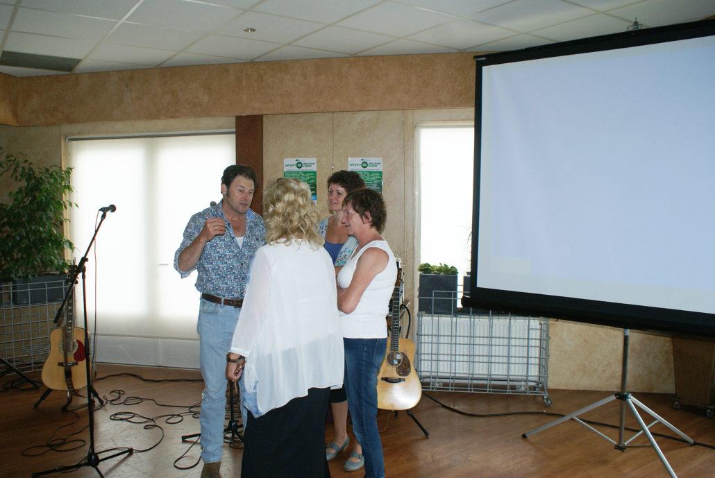 Piter Wilkens in gesprek met Griet Wiersma en belangstellenden